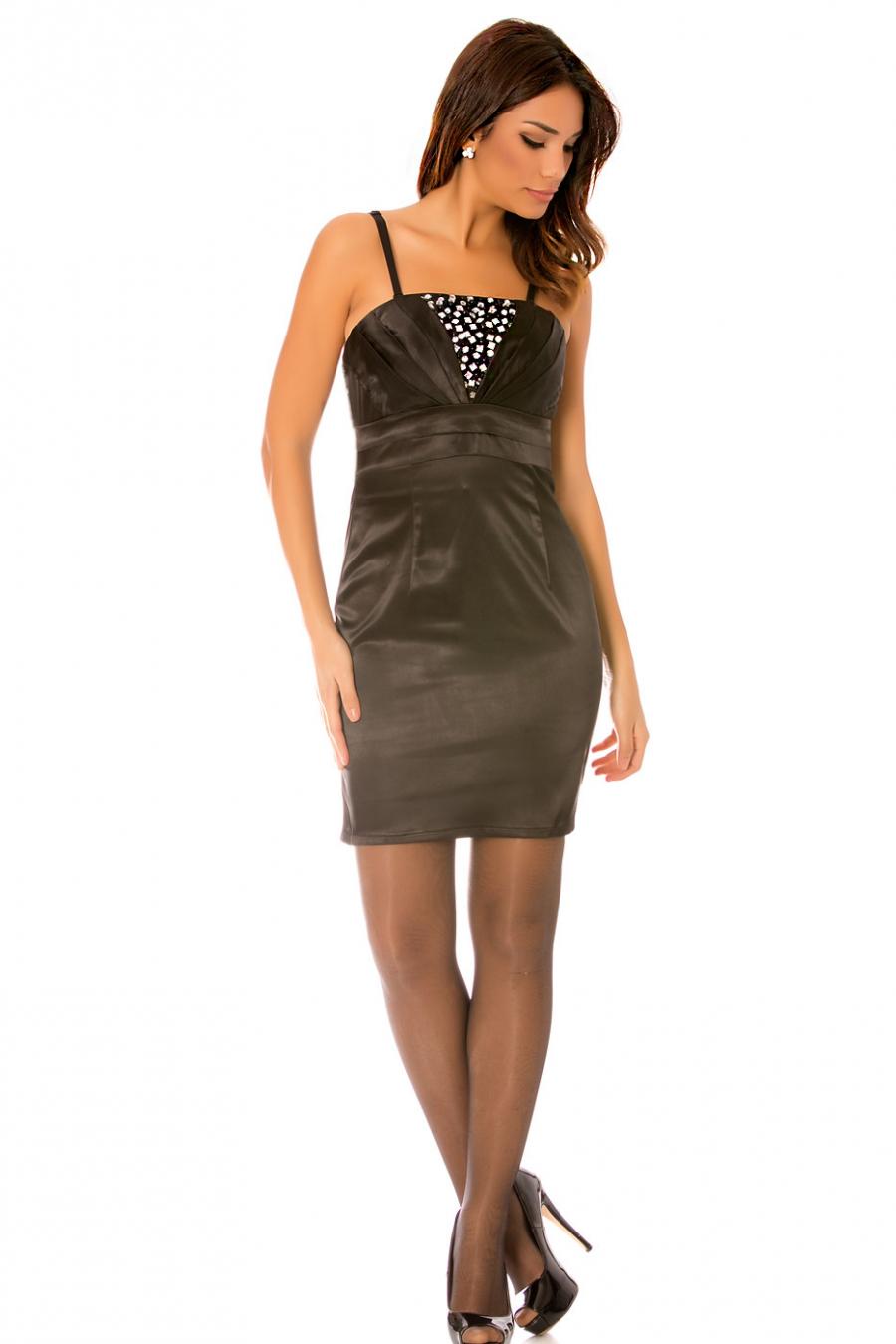 Zwarte avondjurk met mooie strass steentjes en plooi op de borst. Elegante en modieuze jurk. 070