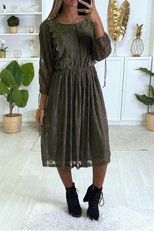 Kaki jurk gevoerd met kant met borduursel