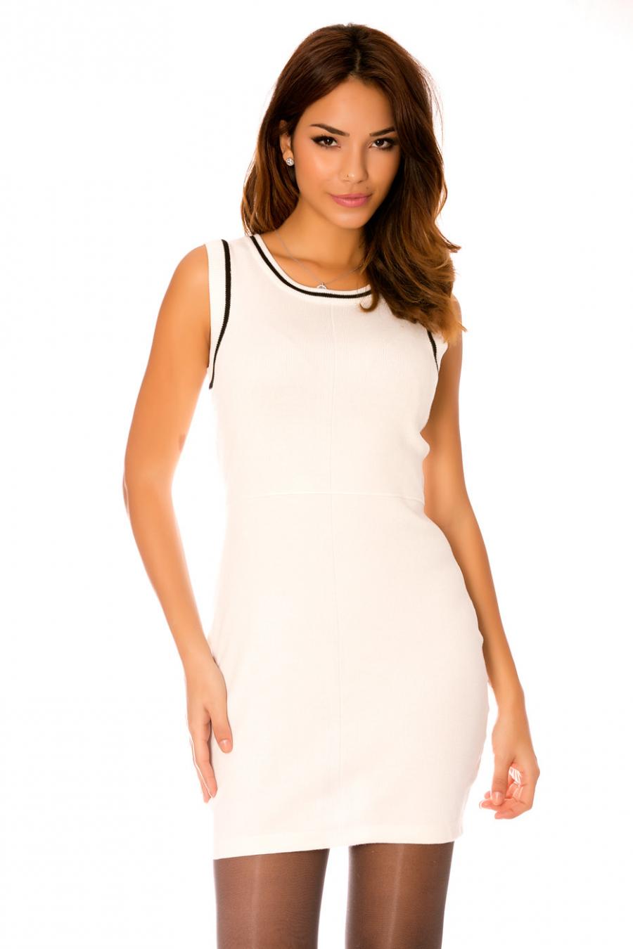 Korte strakke jurk met sluiting aan de achterkant. F9857